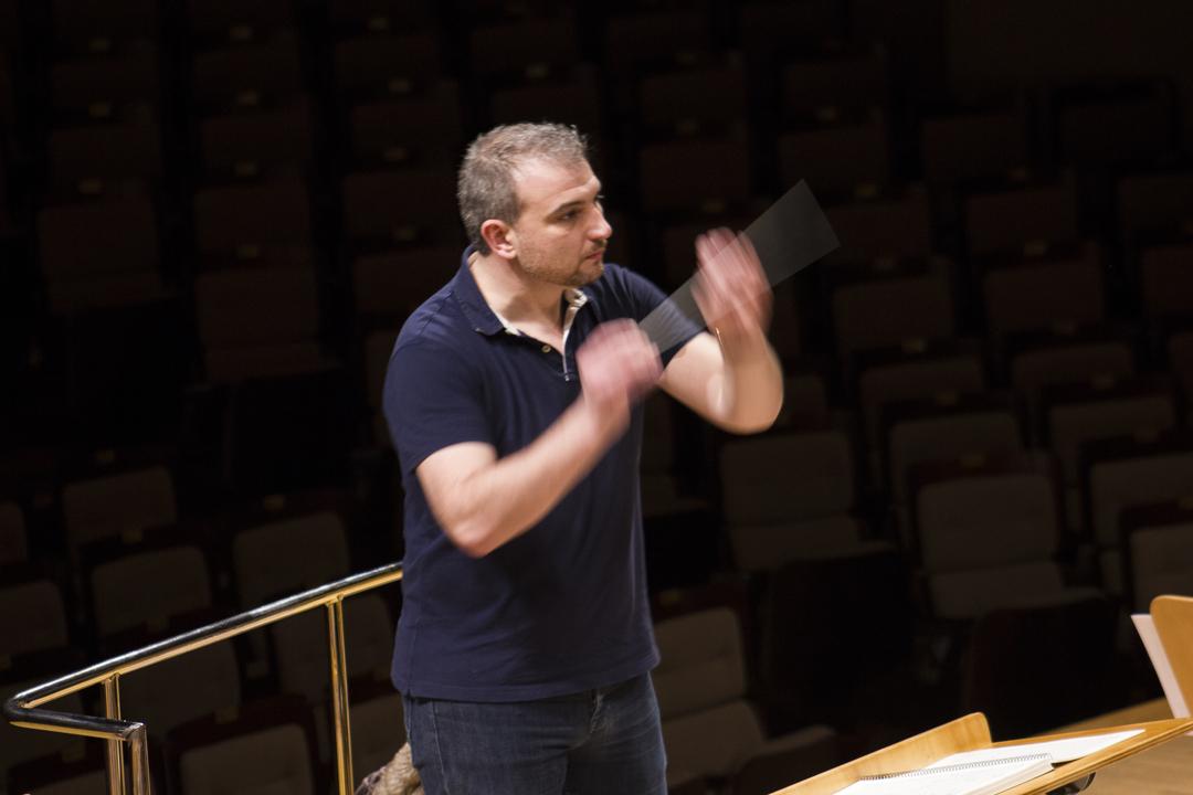 Edmundo Vidal director de orquesta es una auténtico espectáculo ver como maneja tanto a sus músicos como su batuta