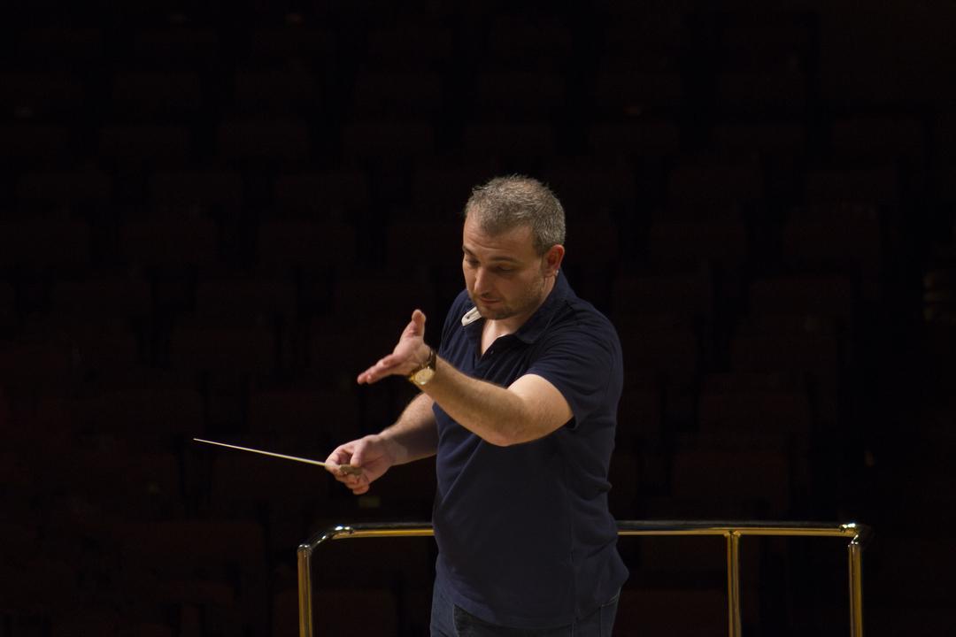 Edmundo Vidal director de orquesta que dirige a sus componentes de un modo sublime