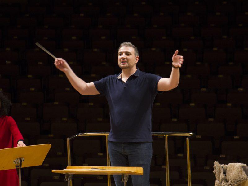 Edmundo Vidal director de orquesta coordina a los músicos de su orquesta de manera brilante