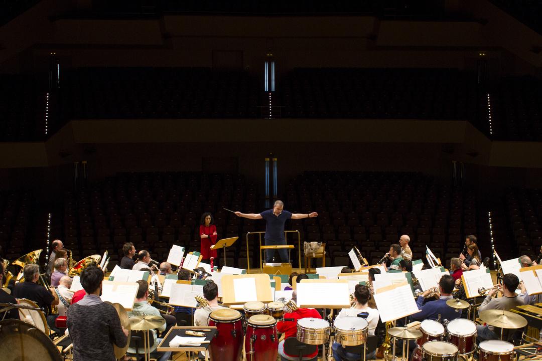 Edmundo Vidal director de orquesta un experto en interpretar sinfonías que emocionan al público
