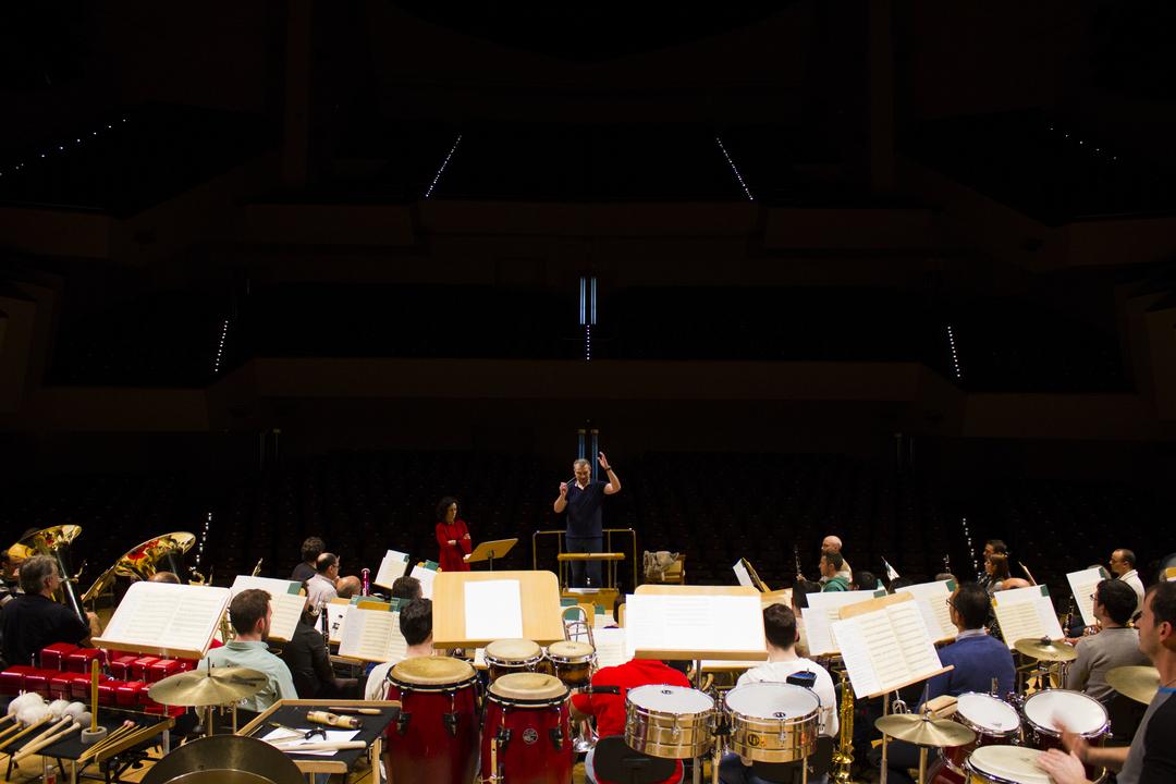 Edmundo Vidal director de orquesta mantiene al público en vilo transmite un río de sensaciones difícil de expresar